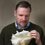 Fotografia de Geerat Vermeij examinando uma concha