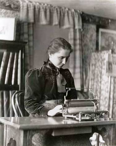 Helen Keller, quando estudante em Radcliffe, escrevendo braille