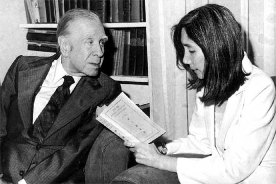 Borges com Maria Kodama, sua secretária e mais tarde sua mulher.
