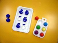 Diferentes objetos que simulan un cajetín braille (seis tapones en una bandeja, etc.).