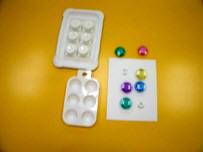 Nuevas propuestas de elementos que simulan un cajetín braille, como botones de colores que se encajan, moldes con seis huecos...