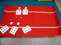 Tapete con tarjetas con el signo generador y otros signos braille.