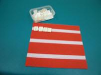 Tapete mediano y caja con signos braille.