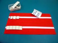 Tapete pequeño y caja de signos braille a tamaño real.