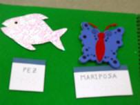 Detalle de un franelograma cuaderno en que se asocian un pez y una mariposa con su rótulo correspondiente.