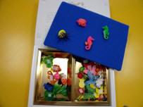 Franelograma caja de artista mostrando los dos compartimentos de objetos y el lado de la tapa con una sola pieza.