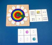 Ruleta montada sobre un tablero, con números a su alrededor, y tablillas con números.