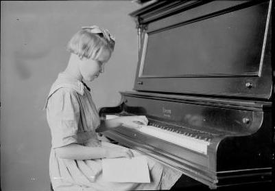 Blind Girl Playing the Piano - foto de Lewis Hine