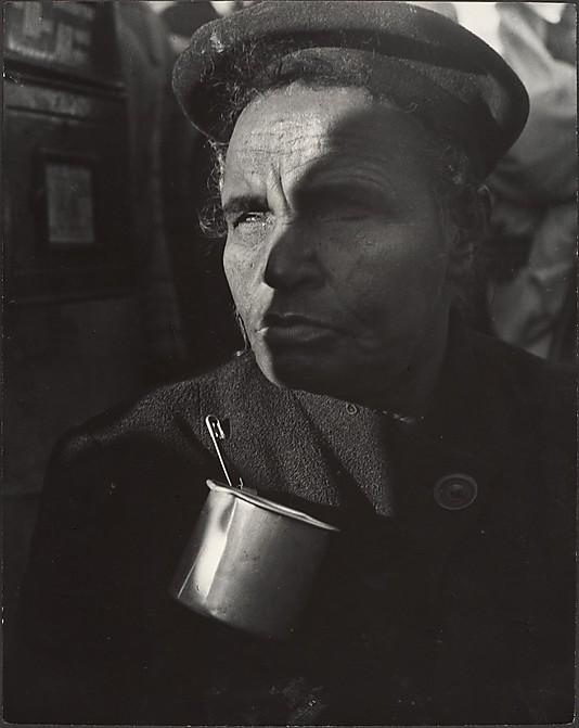 Mendigo cego com uma lata presa ao casaco em Nova Iorque - foto de Leon Levinstein, anos 50