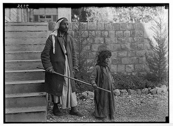 Cego conduzido pela filha ao Hospital em Tiberiadas, Galileia