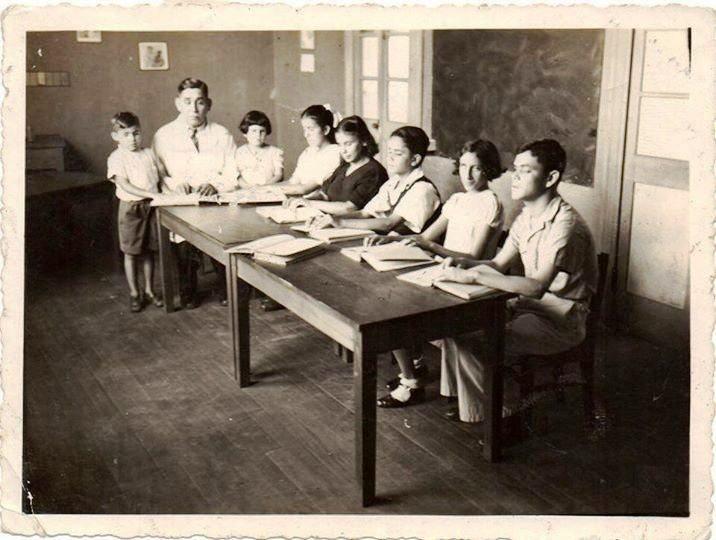 O professor cego Tomas Espinoza ensinando braille a crianças cegas - San José, Costa Rica (1943)