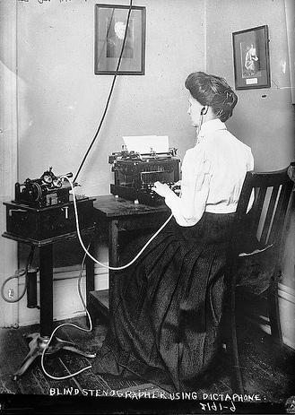 Estenógrafa cega usando um dictafone - fotografia de Percy Byron, 1910-15 [George Grantham Bain Collection]