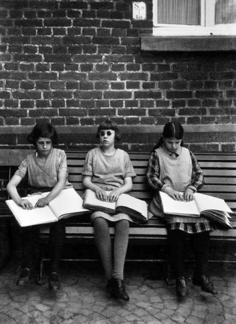 Blinde Kinder beim Unterricht - August Sander - fotografia c.1930