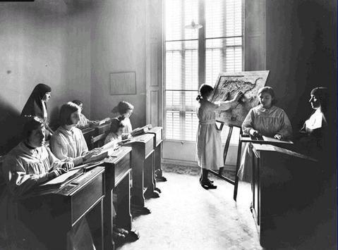 Clase de geografia niñas ciegas - foto de Josep Braguli, 1926