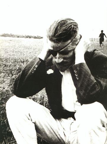 James Joyce após mais uma operação aos olhos - foto no sul de França, 1922  [Rosenbach Museum and Library]