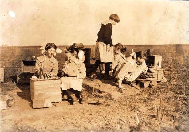 Casinhas de brincar concebidas e executadas por meninas cegas   Oklahoma School for the Blind   fotografia de Lewis Hine, 1917