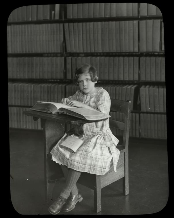 Menina cega a ler - New York Institute for the Blind, 1926