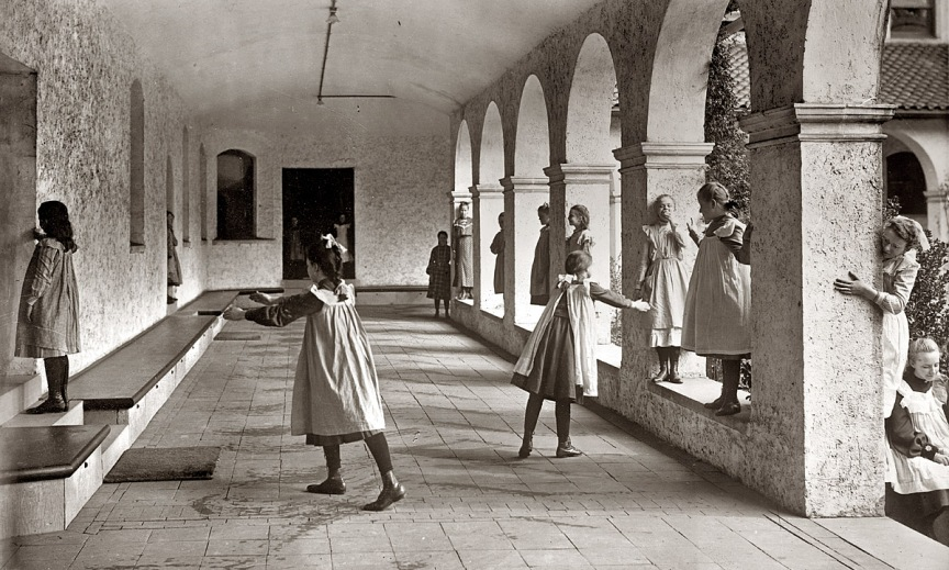 imagem | Meninas cegas brincam à cabra-cega - Overbrook School for the Blind in in Philadelphia, 1912. (Geo. Grantham Bain Collection)